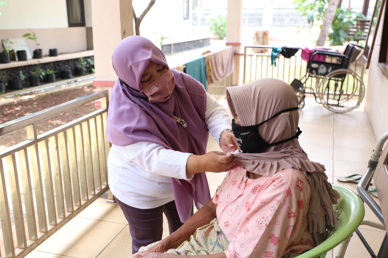 Pengabdian Tanpa Henti ditengah Pandemi: Kisah Para Pendamping Lansia