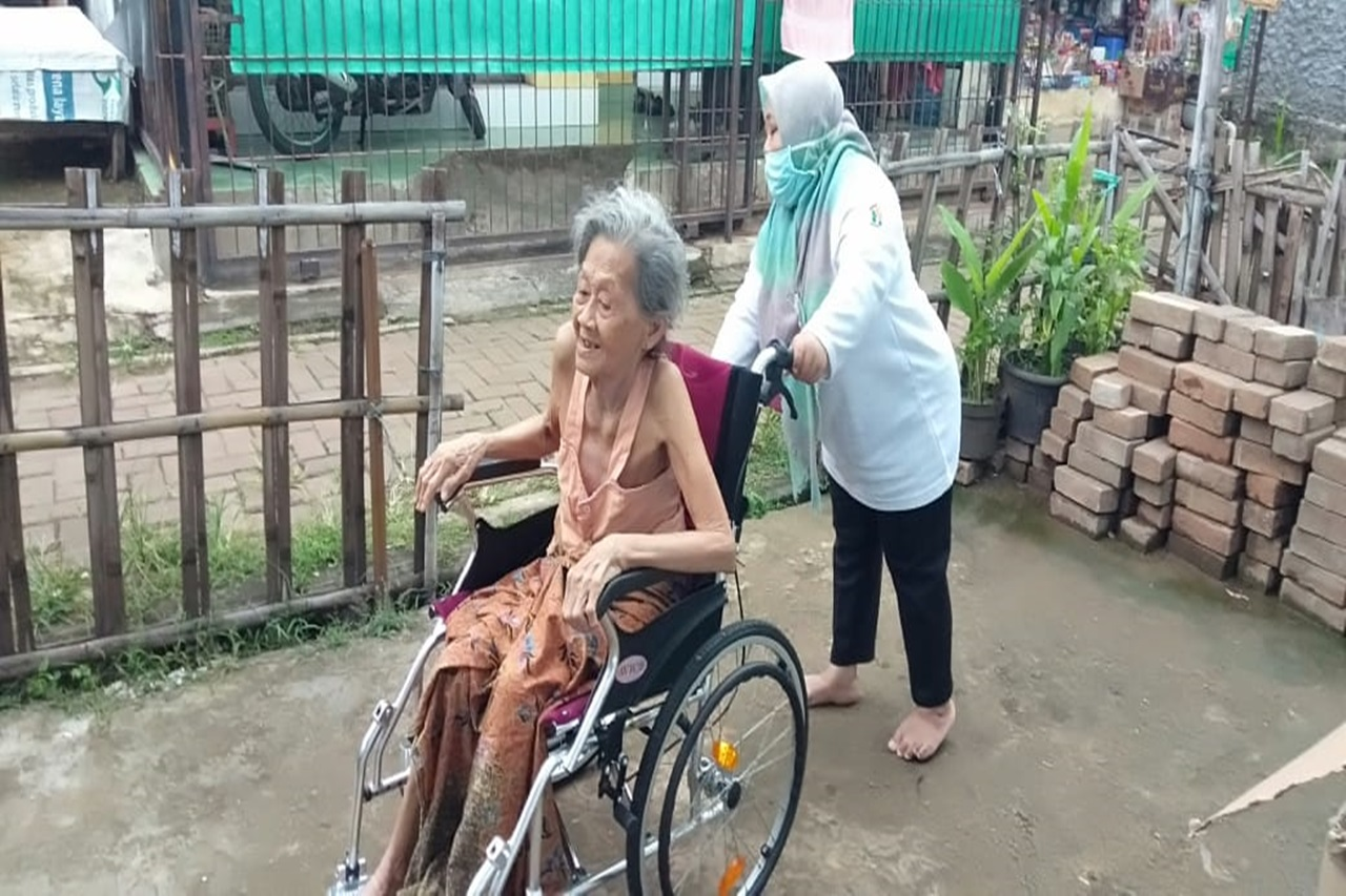 The Rapid Movement of Bekasi '' Budhi Dharma ' Center for Elderly, Cheering Nyai Sopia with a Wheelchair