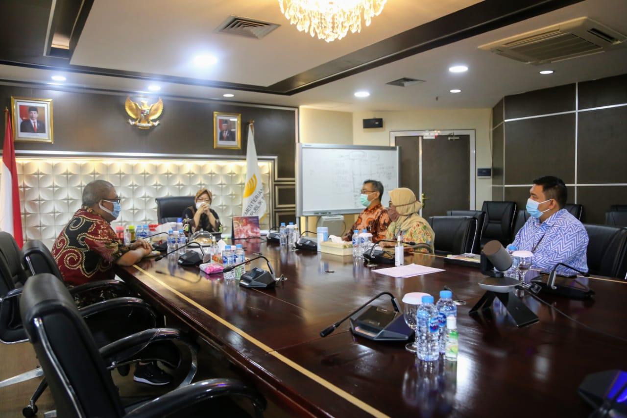 Social Minister Risma Receives KPK Visit