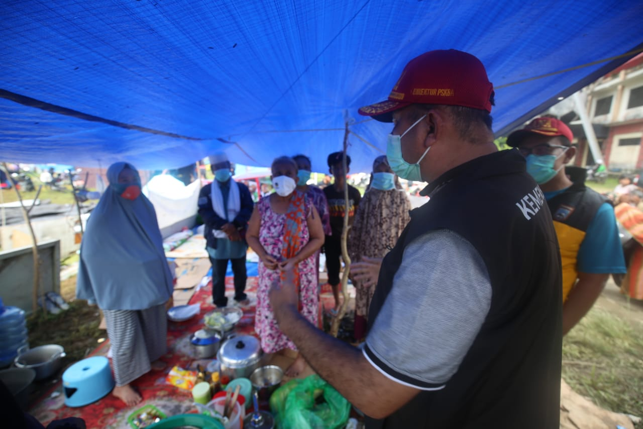 6 Mobil Dumlap Kemensos Bantu Siapkan Makanan untuk Pengungsi Gempa Sulbar