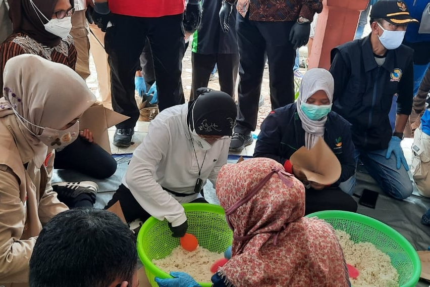 Helping Flood Survivors in Jember, Ministry of Social Affairs Establishes Public Kitchen