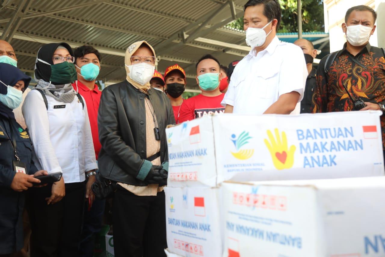 Mensos Risma Kunjungi Korban Banjir dan Tanah Longsor Manado