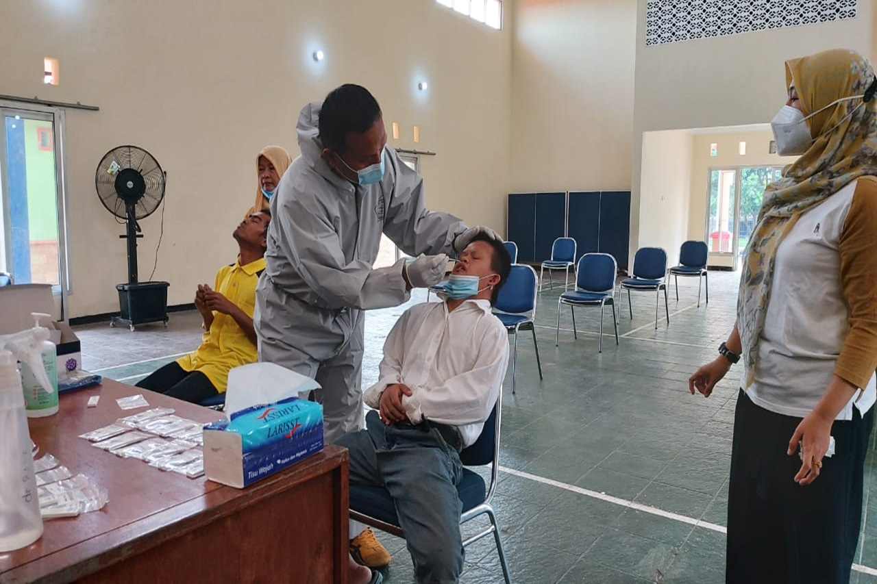 Lakukan Upaya Pencegahan Covid-19, Pegawai dan PM di Balai Disabilitas Ciungwanara Jalani Swab Antigen