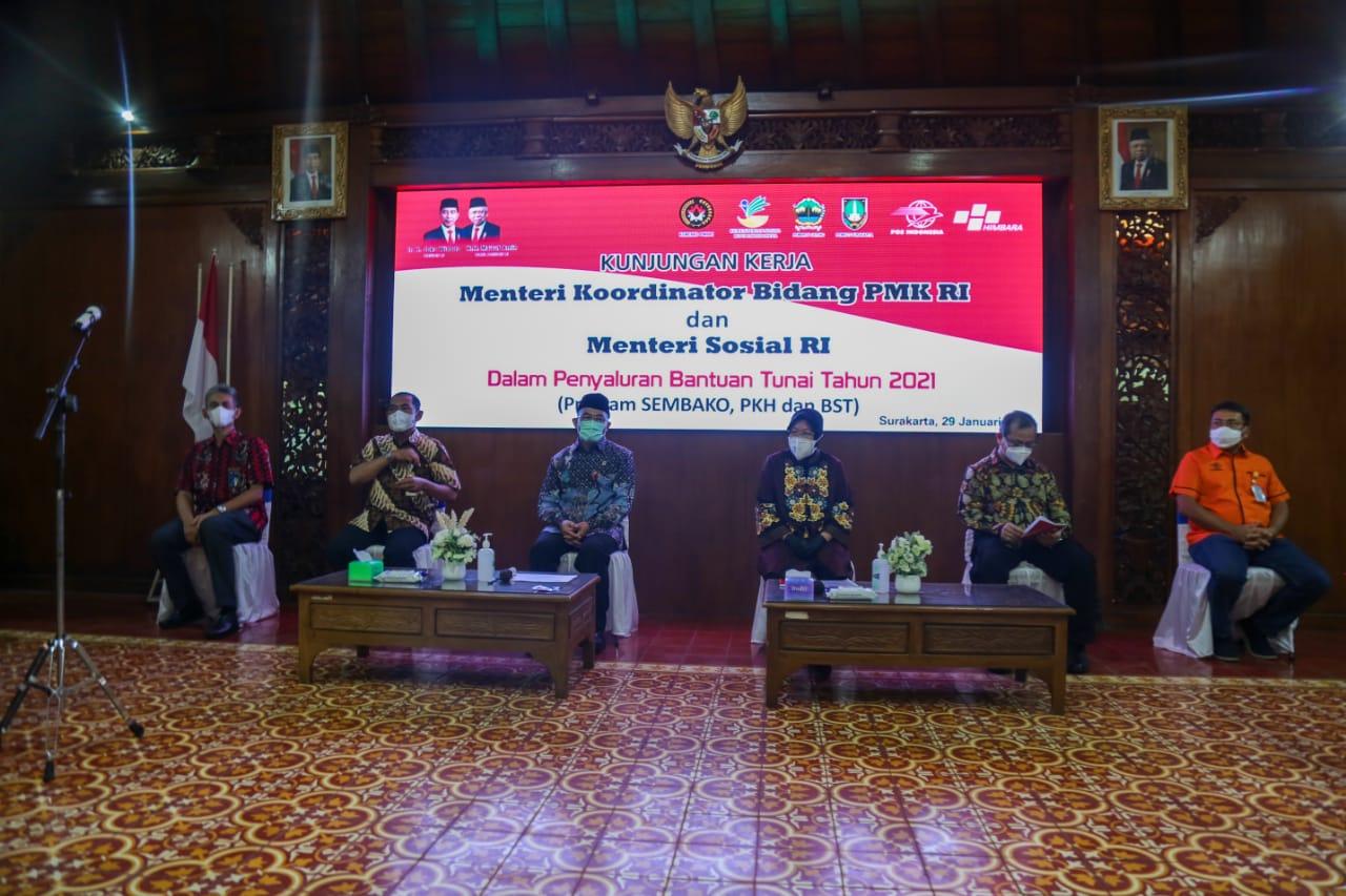 Bersama Menko PMK, Mensos Tinjau Penyaluran Program Bantuan Kemensos