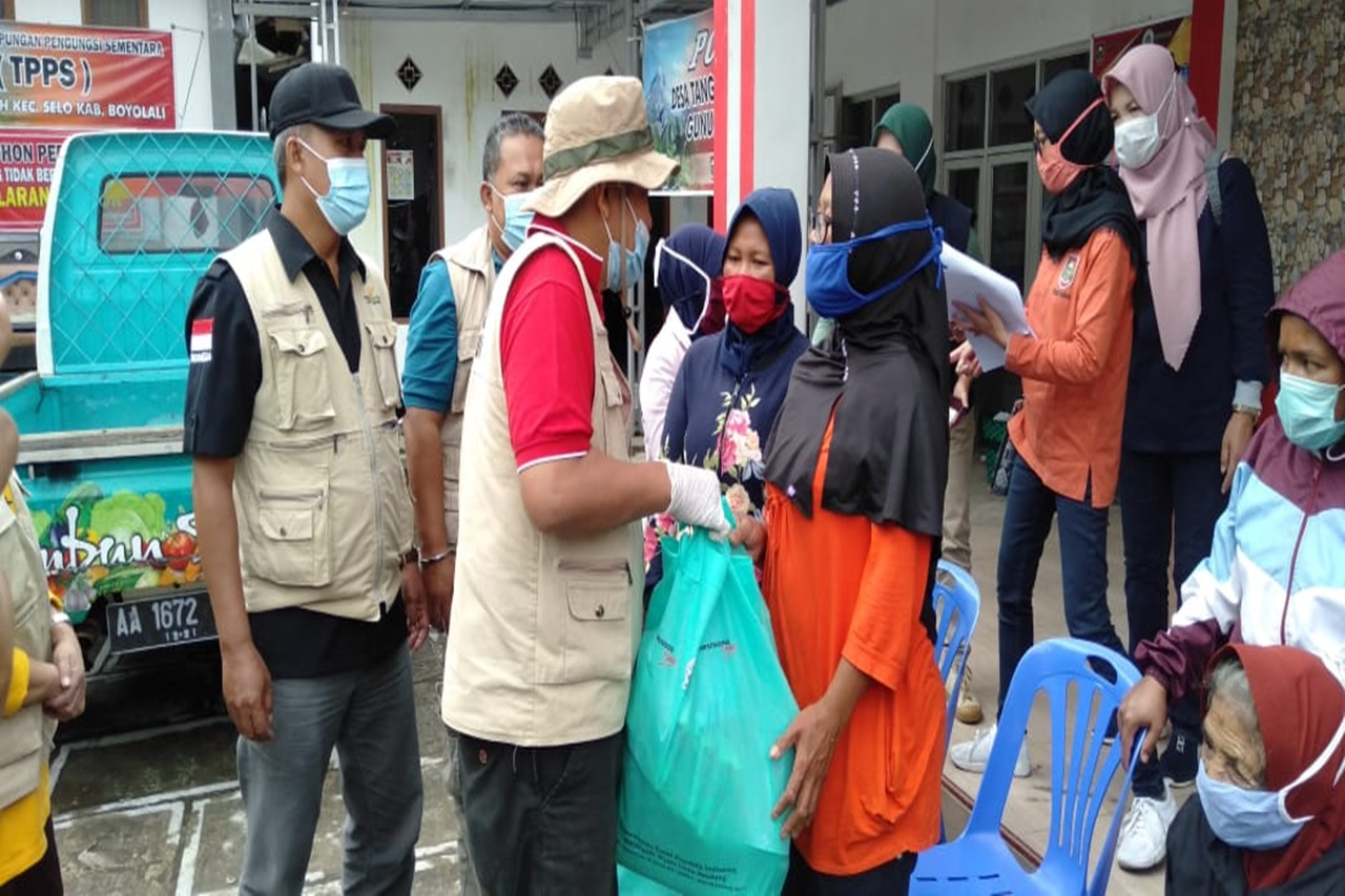"Ministry of Social Affairs through ""Wyata Guna"" Center Sends Aid Affected by Merapi"