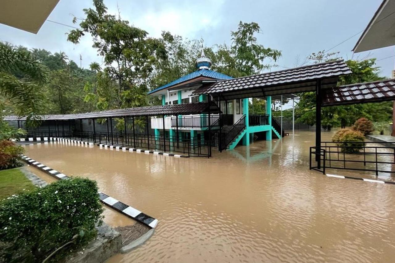 """Heavy Rain for 3 Hours, Manado """"Tumou Tou"""" Hall Flooded"""
