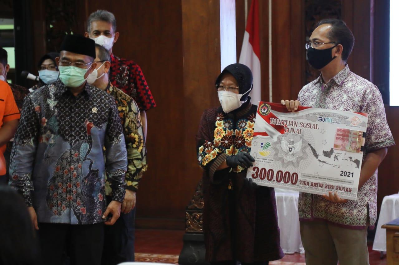 Mensos dan Menko PMK Serahkan Bansos kepada KPM PKH Graduasi Mandiri