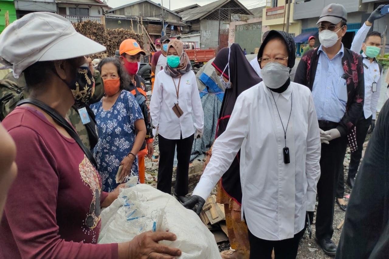 Social Minister Visits Scavengers in Kalibaru Jakarta