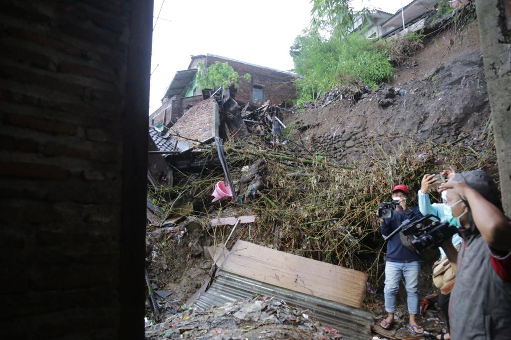 Mensos Tinjau Lokasi Longsor di Semarang