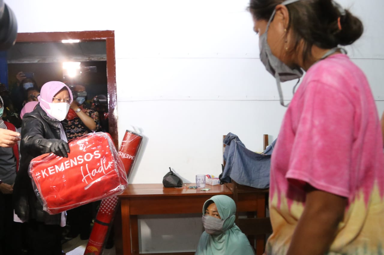 Minister of Social Affairs Visits Several Evacuee Points for Flood Victims in Pekalongan