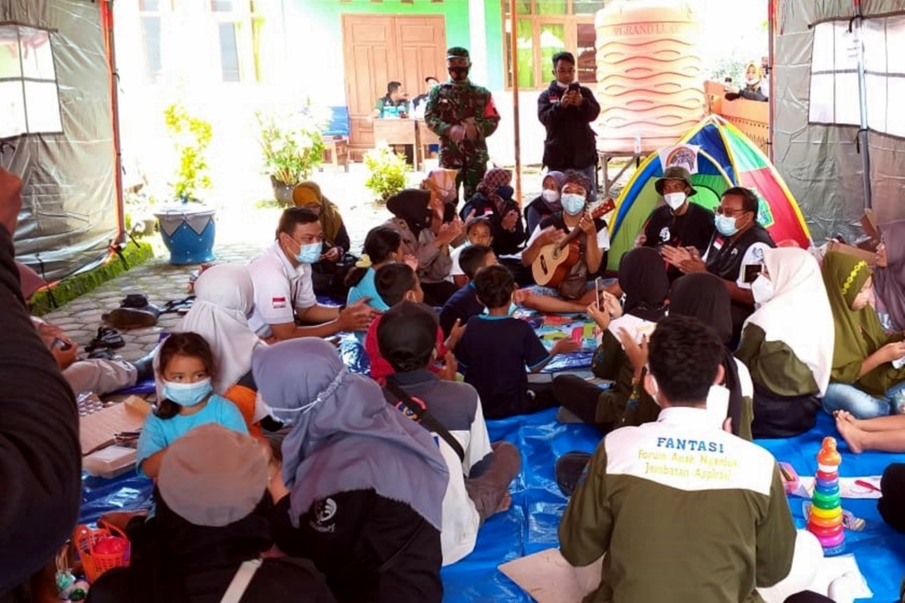 Ministry of Social Affairs Sends Psychosocial Support Service Team Accompanying Landslide Victims in Nganjuk