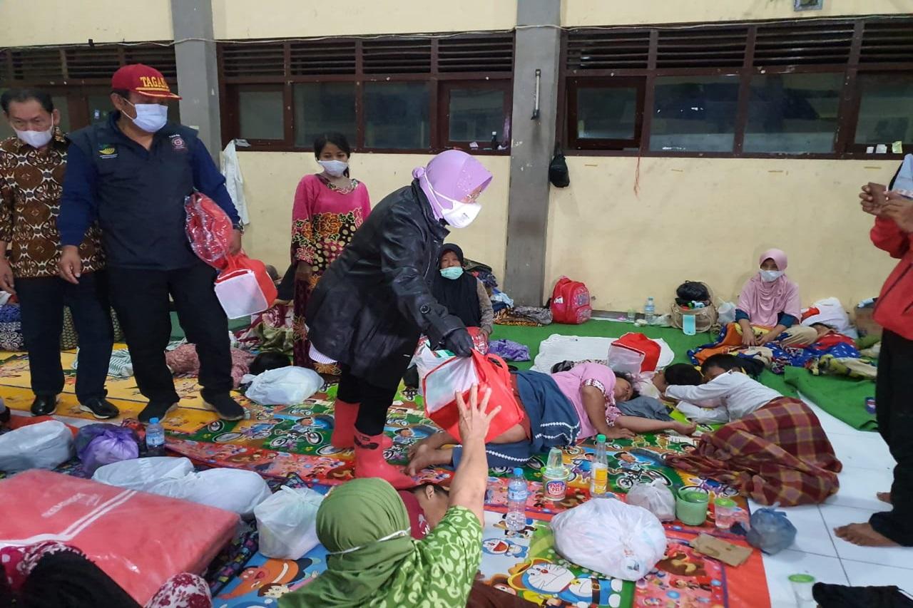 Risma Temui Pengungsi di Pekalongan Dini Hari, Pastikan Tak Terlantar