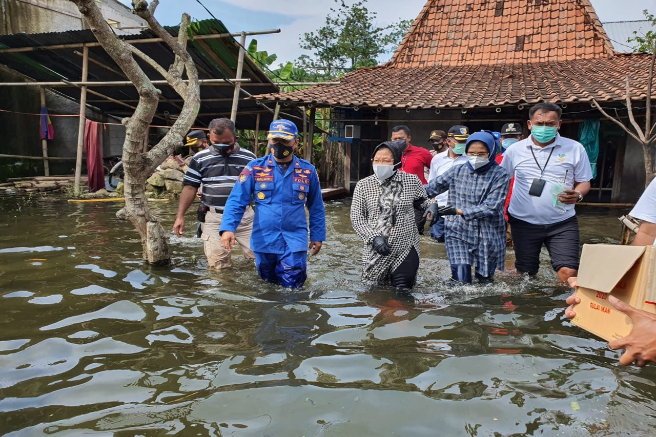 Minister of Social Affairs followed the Flood-Affected Locations in Demak by Boat