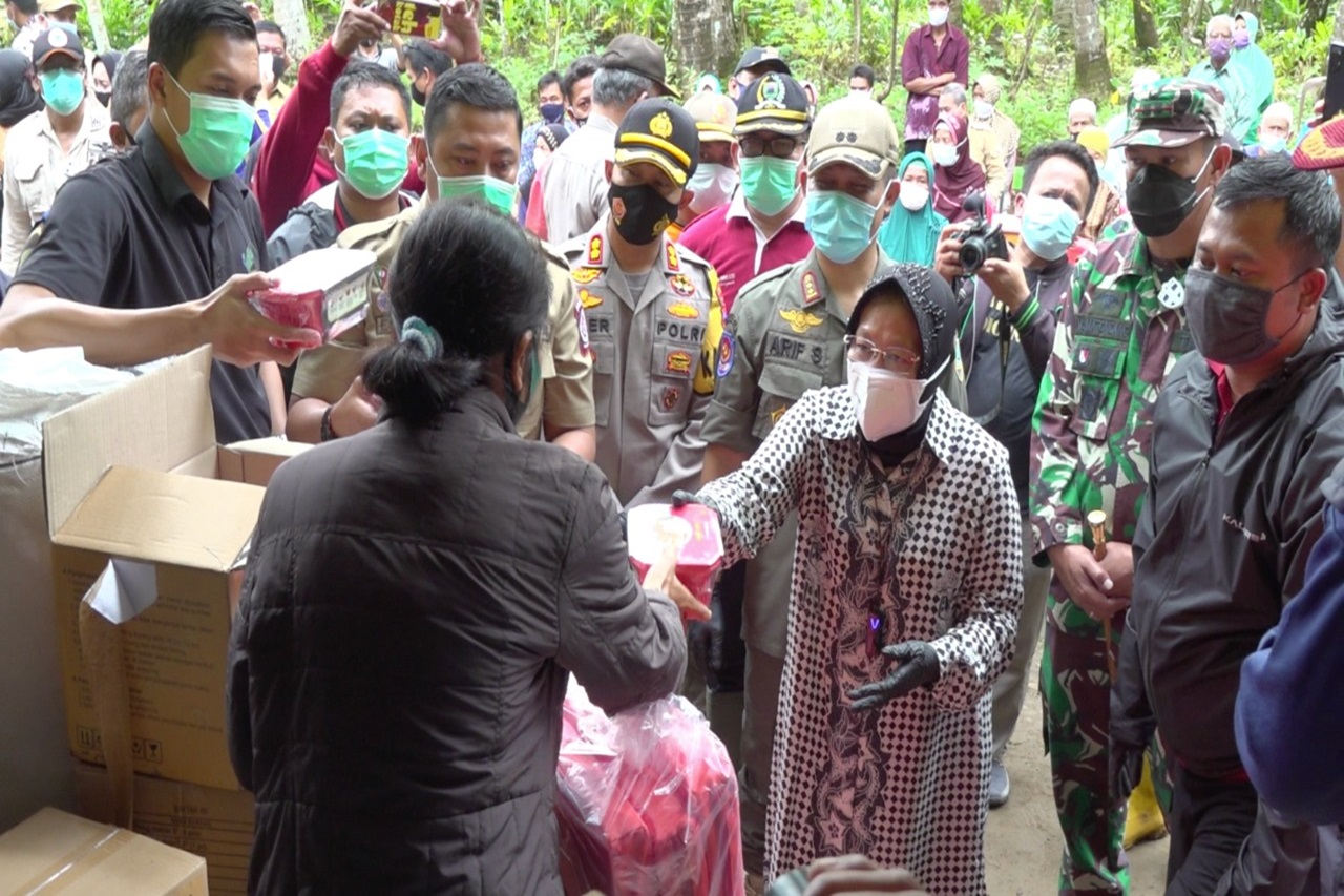 Minister of Social Affairs Delivers Inheritance Compensation to Family of Landslide Victims in Kebumen