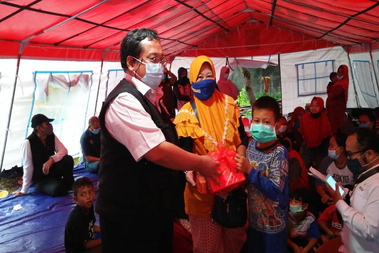 Bantu Anak Ceria, Tim LDP Kemensos Ajak Anak Bermain di Posko Banjir Bekasi
