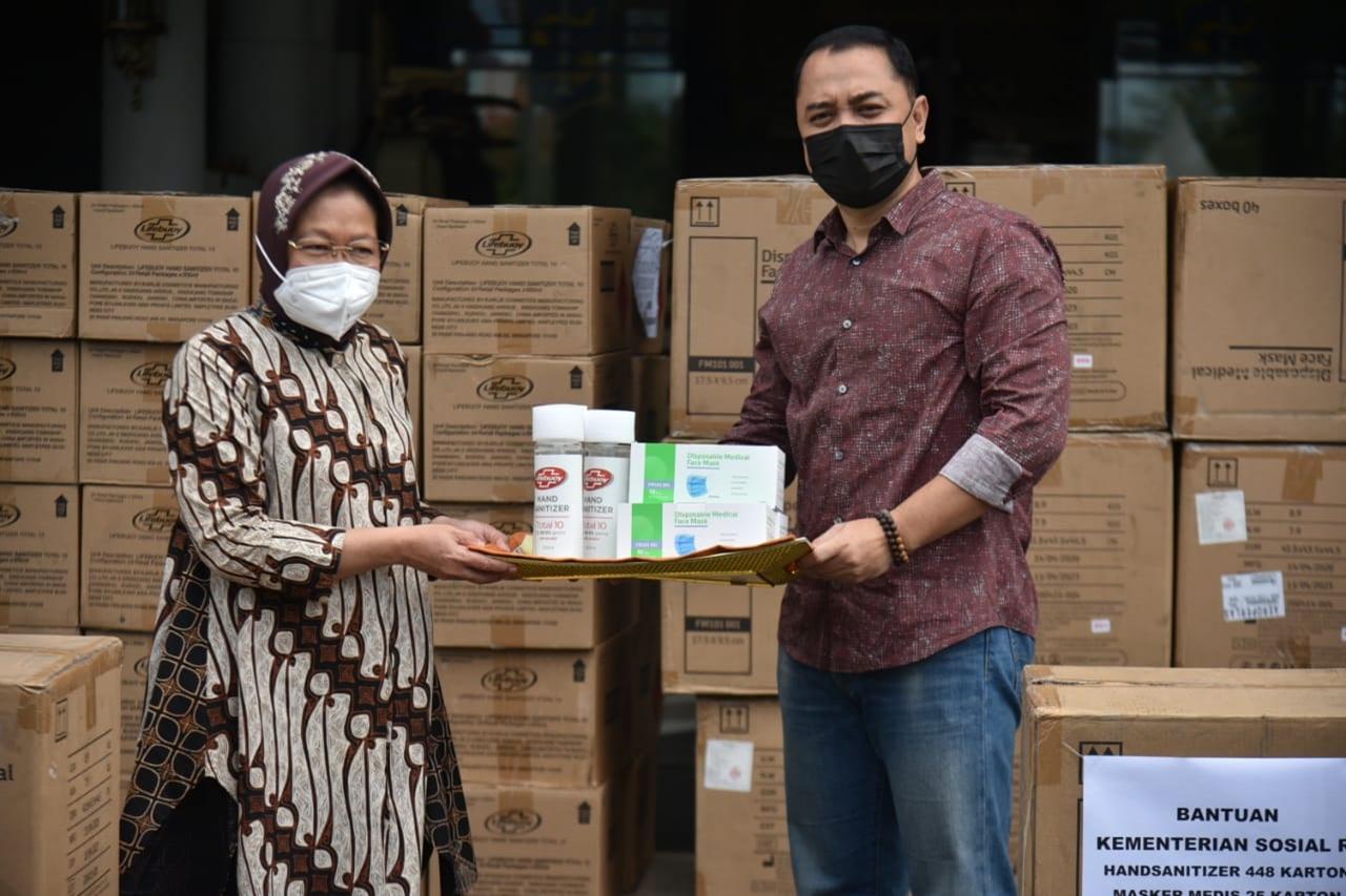 """Serahkan """"Hand Sanitizer"""" dan Masker, Mensos Ajak Pemda Mandiri Tangani Bencana"""