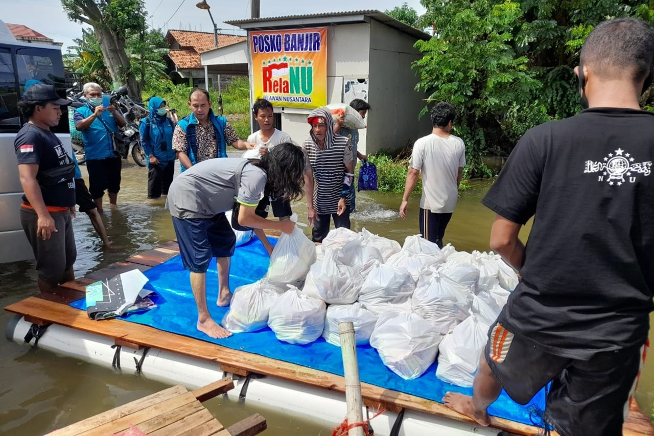Ministry of Social Affairs Present, Extends Hand to Give ATENSI to Flood Victims at the Orphanage