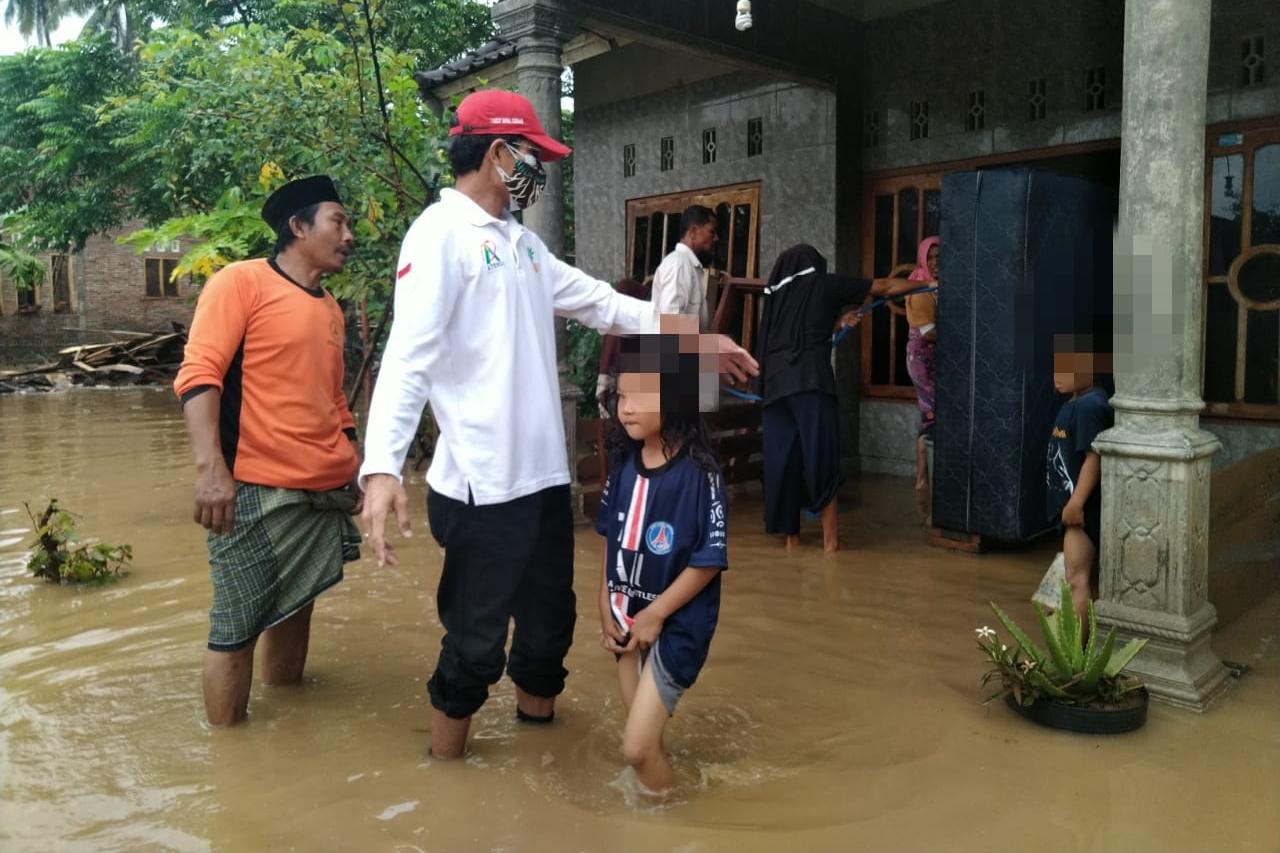 Kemensos Berikan Bantuan Korban Banjir di Songkang