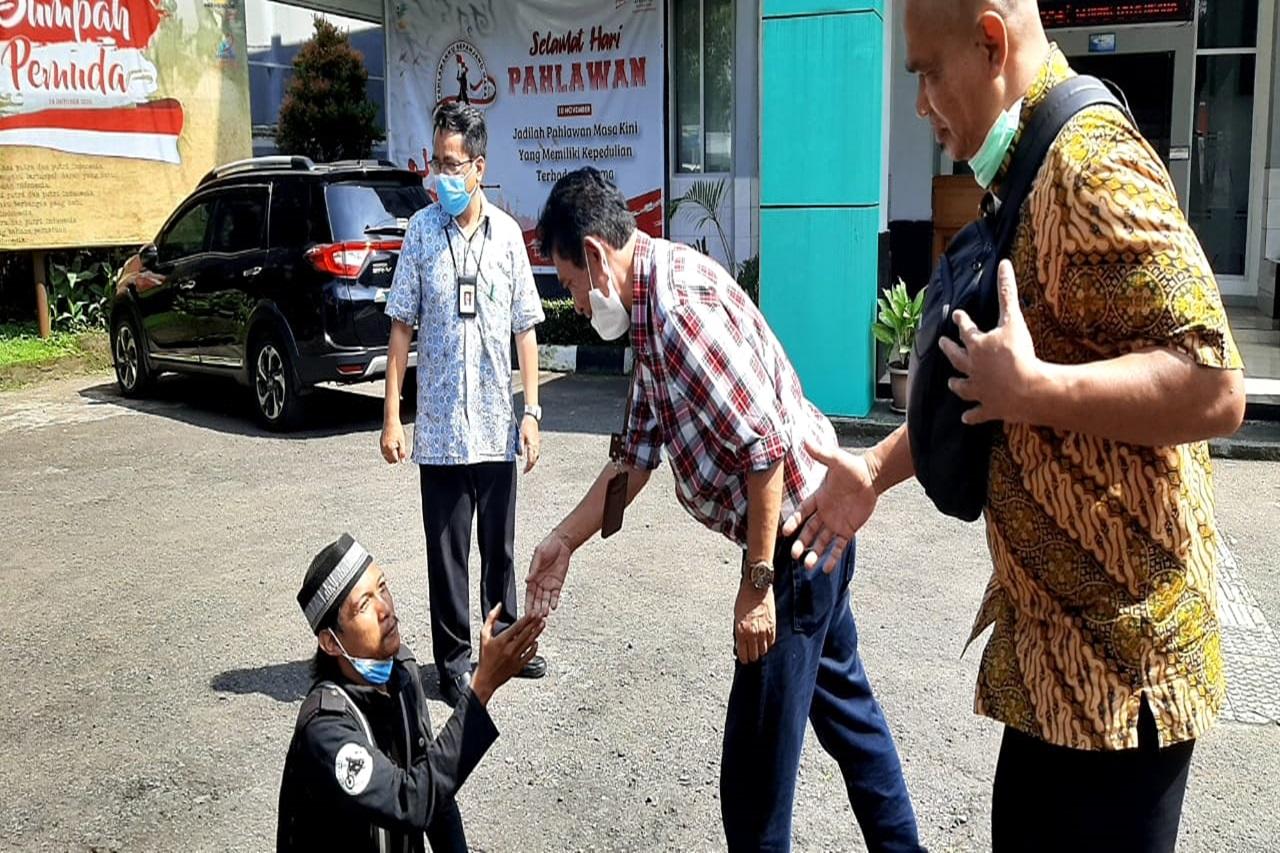 Ingin Bertemu Menteri Sosial, Beginilah Kisah Kang Acep sang Disabilitas Penjual Kerupuk