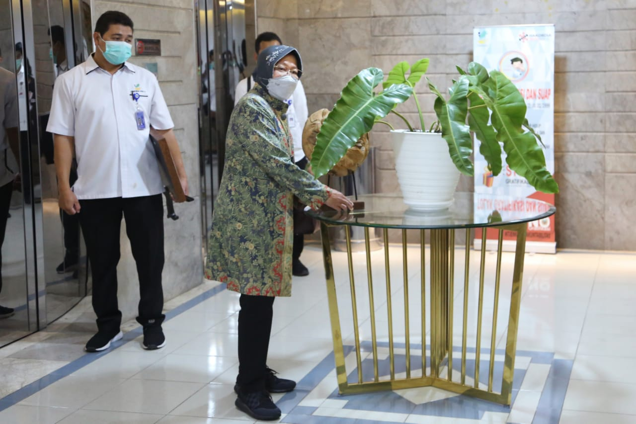Social Minister Tidy and Arrange Flowers at the Ministry of Social Affairs Building, Salemba