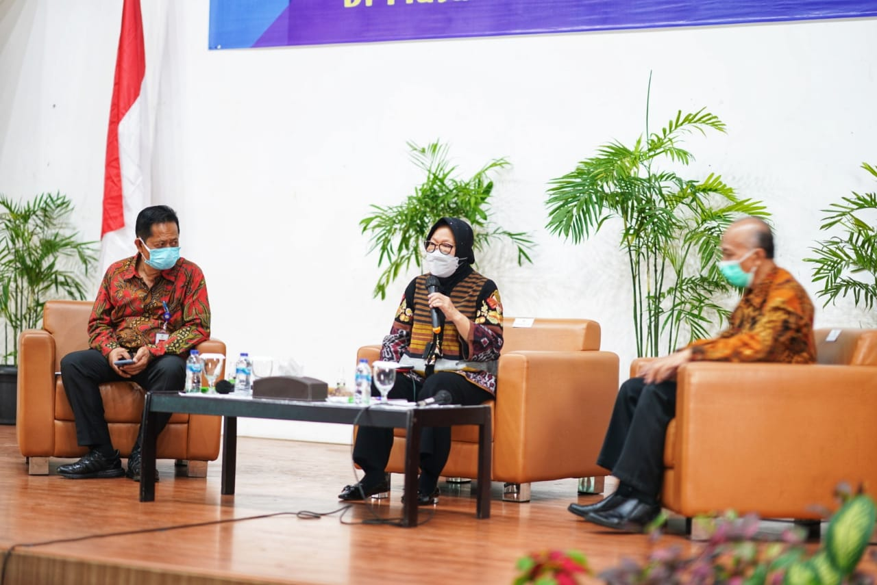 Social Minister Risma Challenges Students to Solve Social Problems