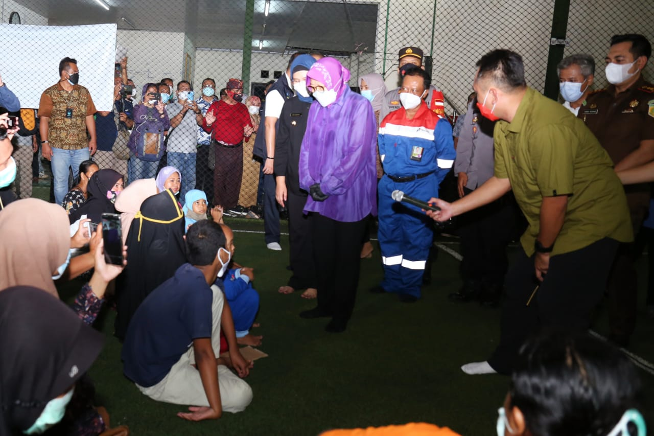 Mensos Sambangi Warga Terdampak Ledakan Kilang Minyak di Balongan