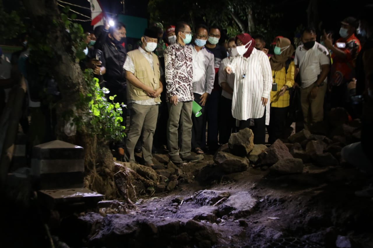 Social Minister Meets Magetan Flood Victims and Observes the Broken Bridge Location