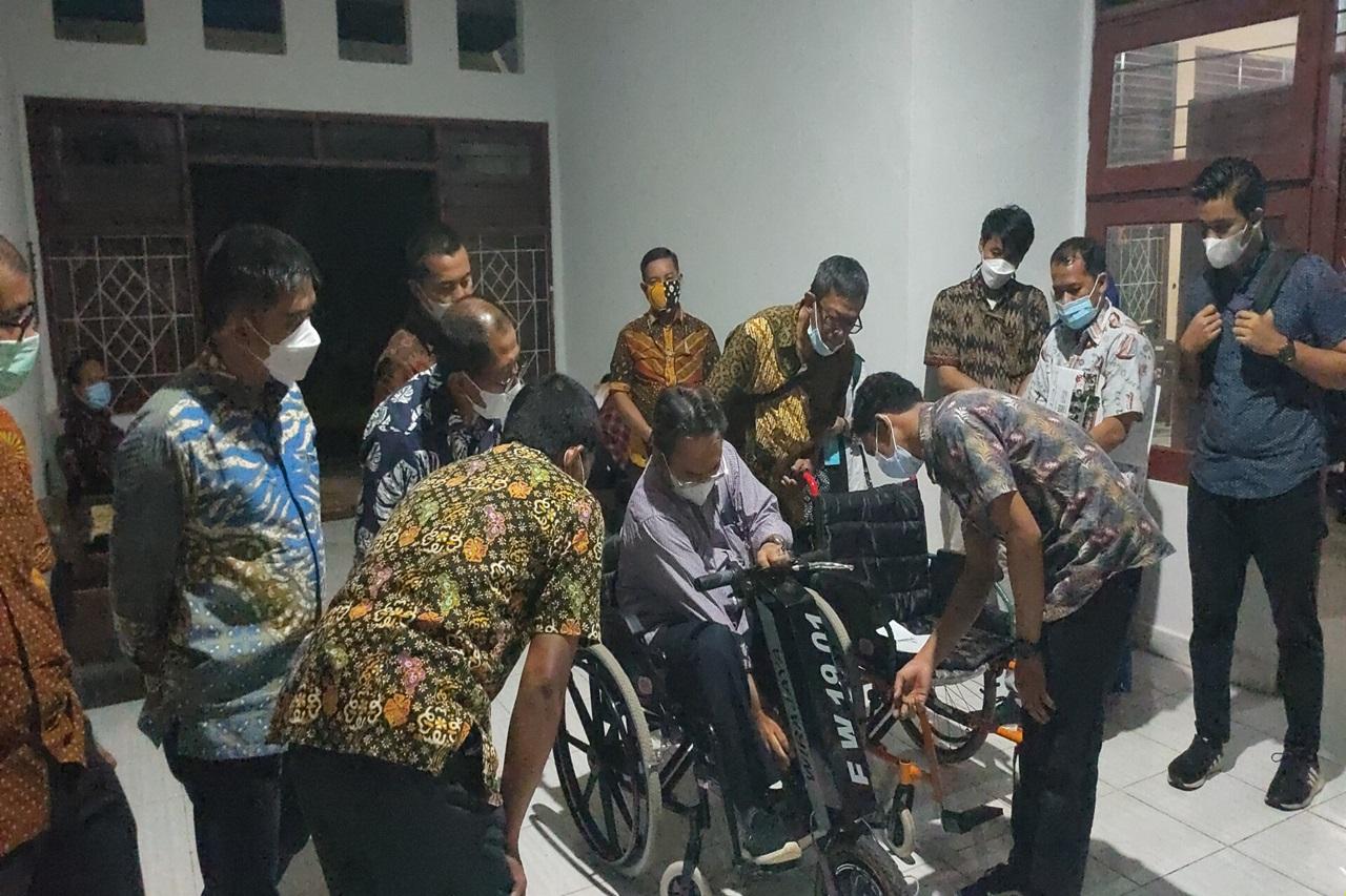Dirjen Rehsos Tinjau Pembuatan Kursi Roda Elektrik dan Sentra Kreasi ATENSI di Balai Disabilitas Wirajaya