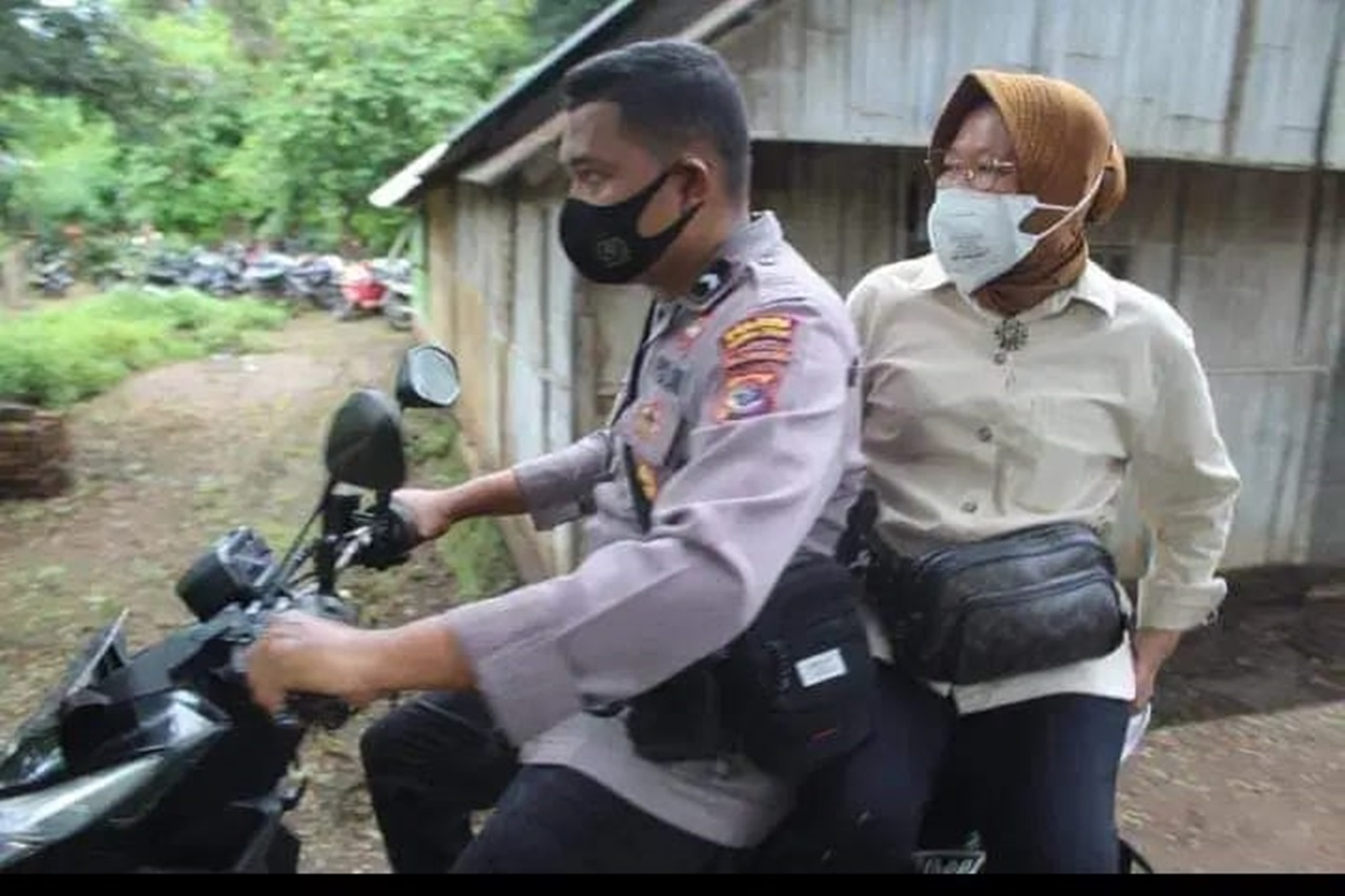 Riding a Motorcycle, the Minister of Social Affairs Went Through the Seroja Storm Badly Affected Area