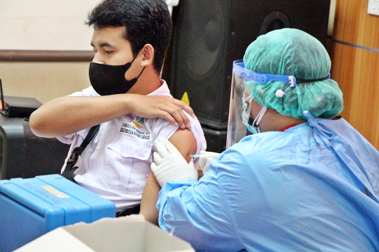 Unit Pelaksana Teknis Milik Kemensos di Bekasi Lakukan Vaksinasi Covid