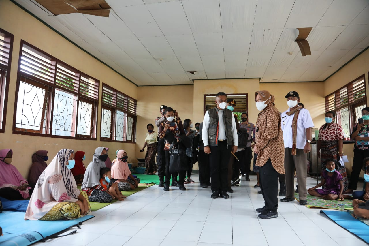Tak Kenal Lelah Pastikan Bantuan Sampai ke Tangan Pengungsi, Mensos Kembali Kunjungi Dua Lokasi di NTT