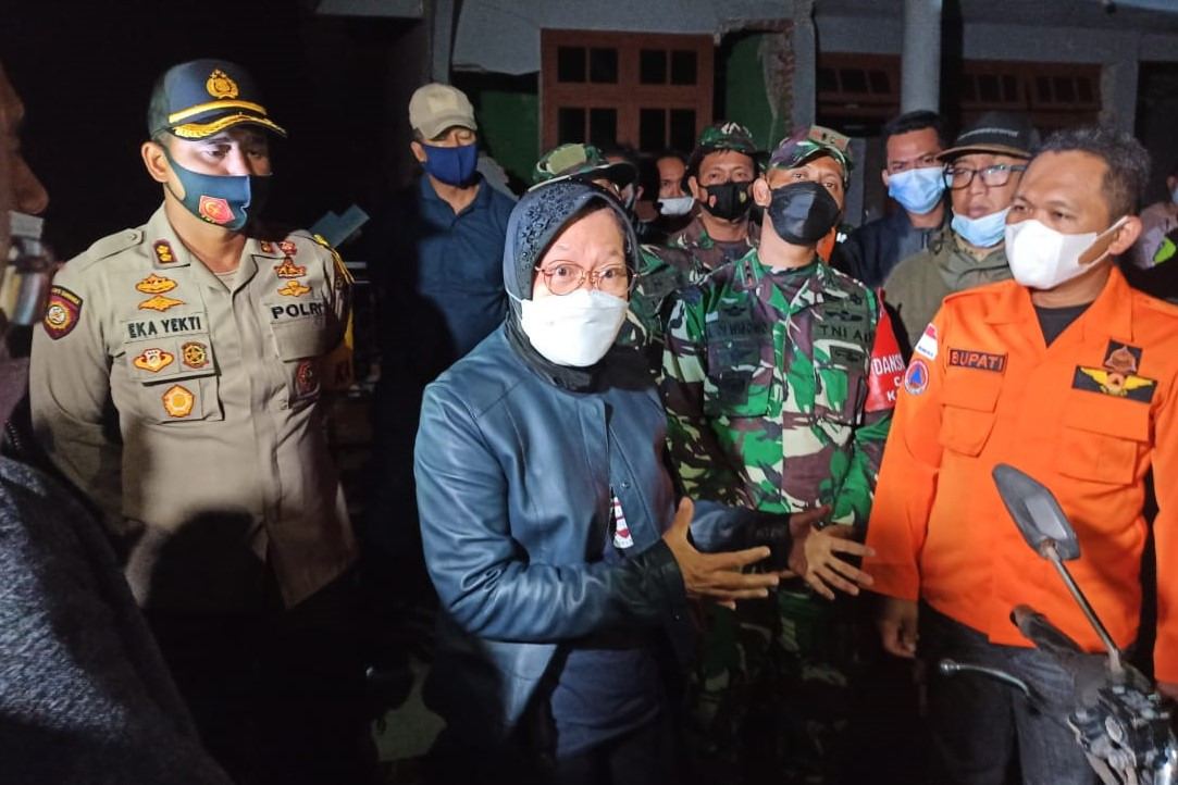 Not Knowing Tired, Social Minister Arriving from NTT Immediately Met the Malang Earthquake Victims