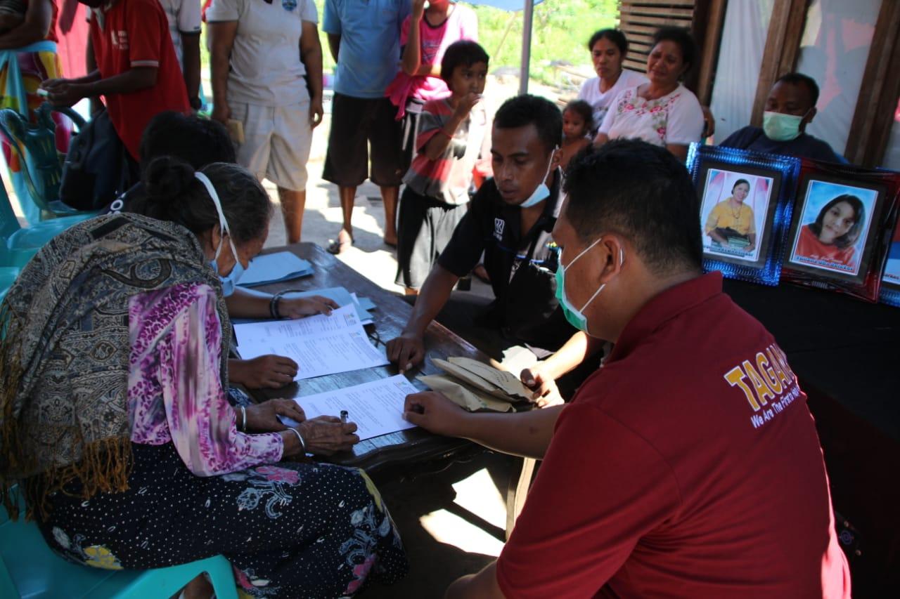 Penyerahan Santunan Ahli Waris bagi Keluarga Korban Banjir Lembata