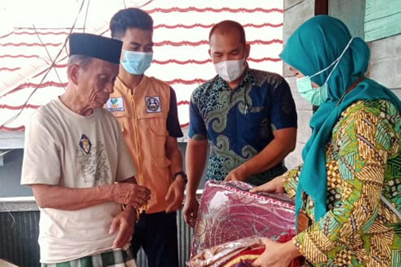 """Gau Mabaji"" Elderly Center Distributes Aid for Fire Affected Victims Bone Regency"