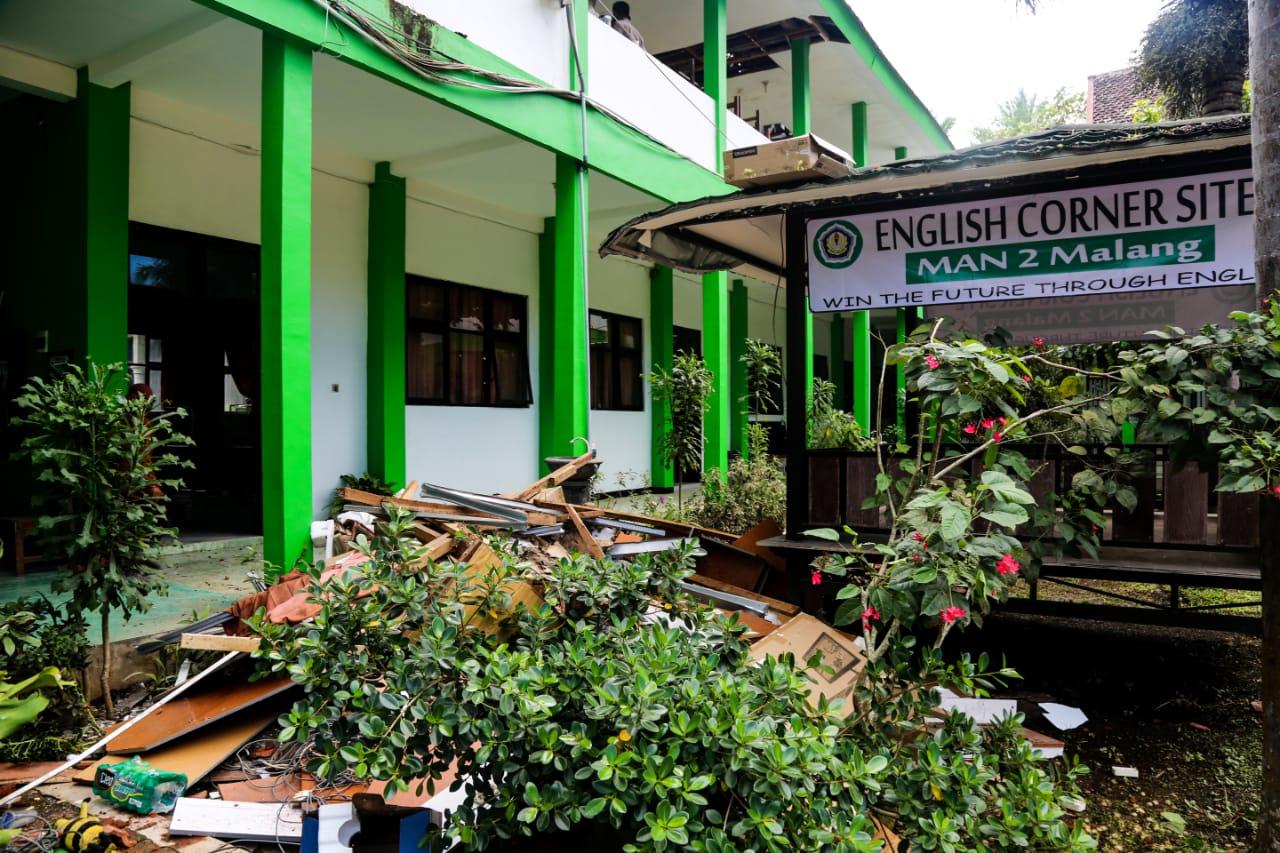 Bersama Menko PMK, Mensos Tinjau Dampak Kerusakan Bangunan Akibat Gempa Malang