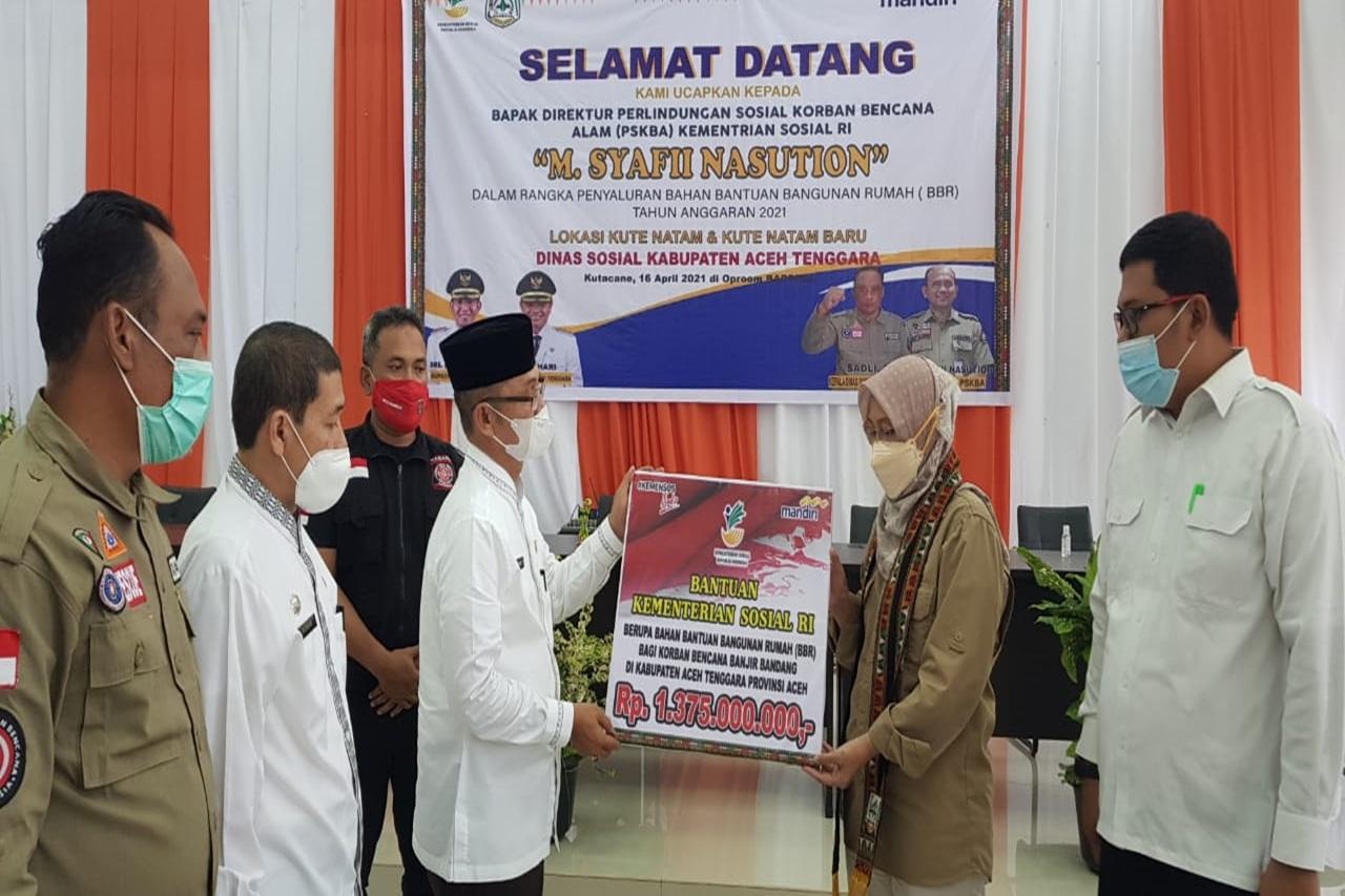 Kemensos Serahkan Bantuan BBR kepada Korban Banjir Bandang Aceh Tenggara
