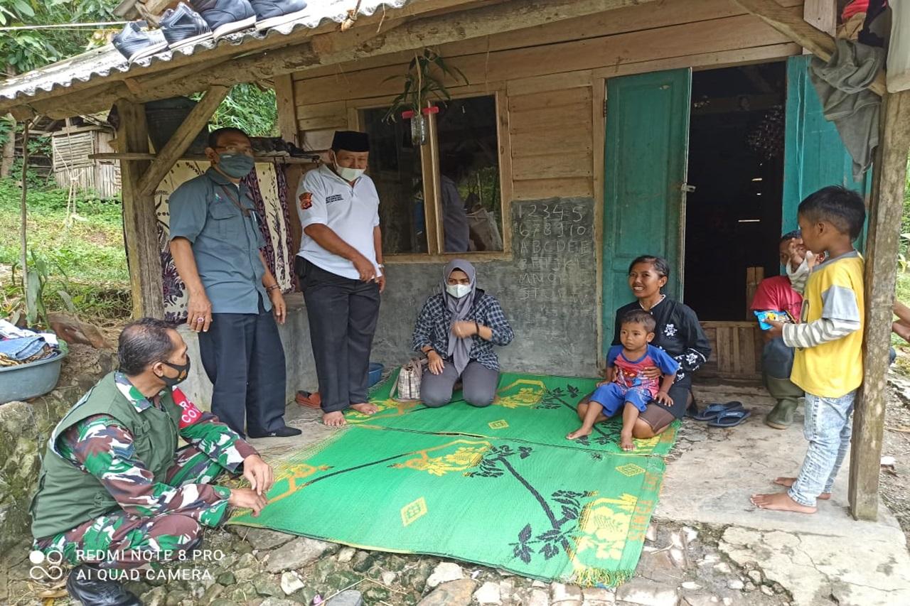 Kemensos Respon Kasus Satu Keluarga yang Tinggal Di Kebun Warga