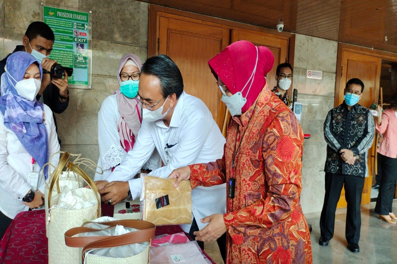 Ciwitan Veil and Decoupage Bag of Ciungwanara Disability Center Enliven the National Team Meeting in Jakarta
