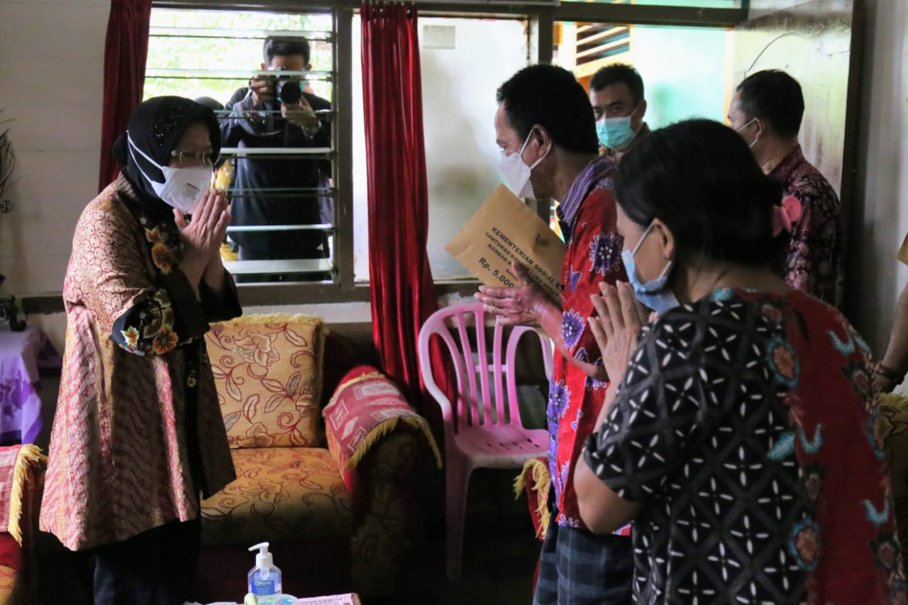 Visit 3 Victims of the Makassar Bombing and Give Compensation for Injured Victims