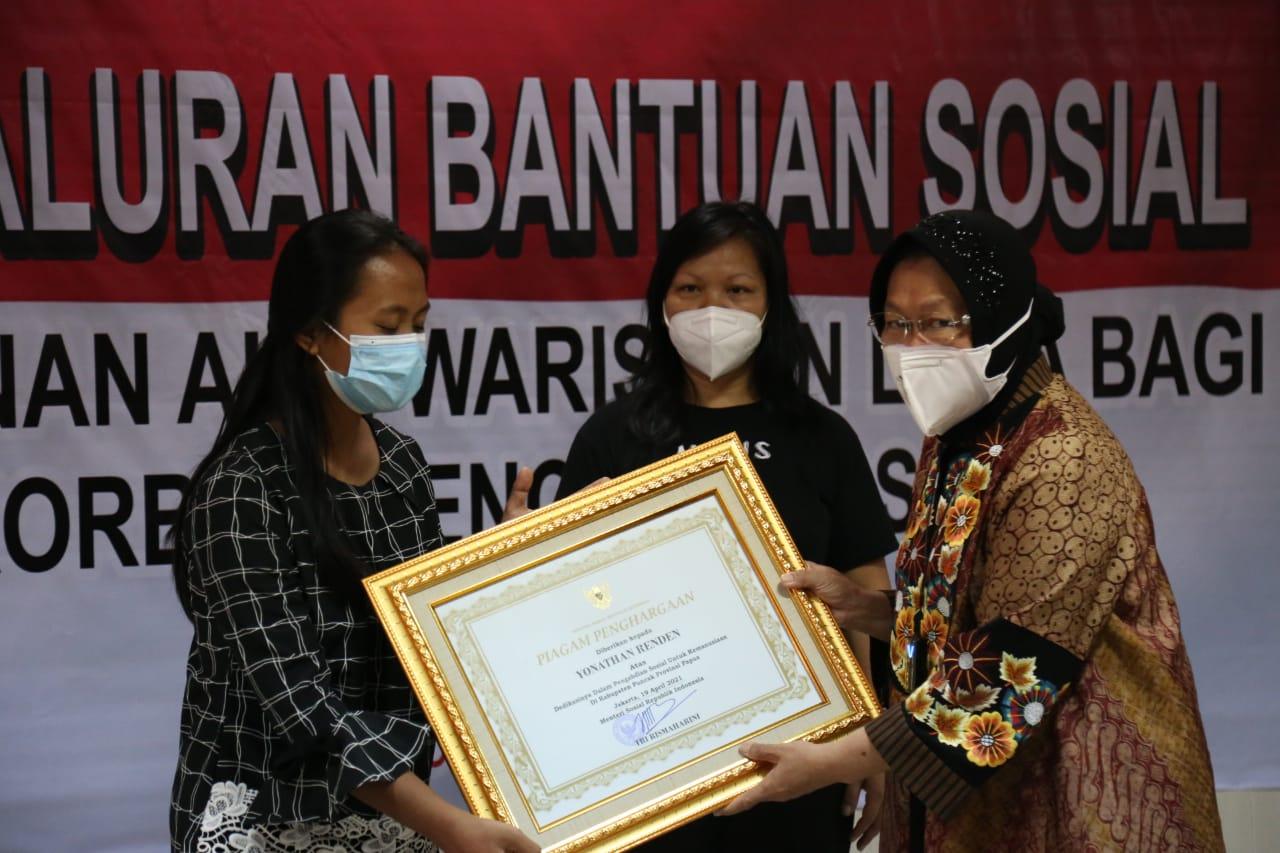 Penghargaan Guru Korban KKB, Mensos: Mereka Telah Berjuang Bagi Anak-anak Papua Lebih Baik