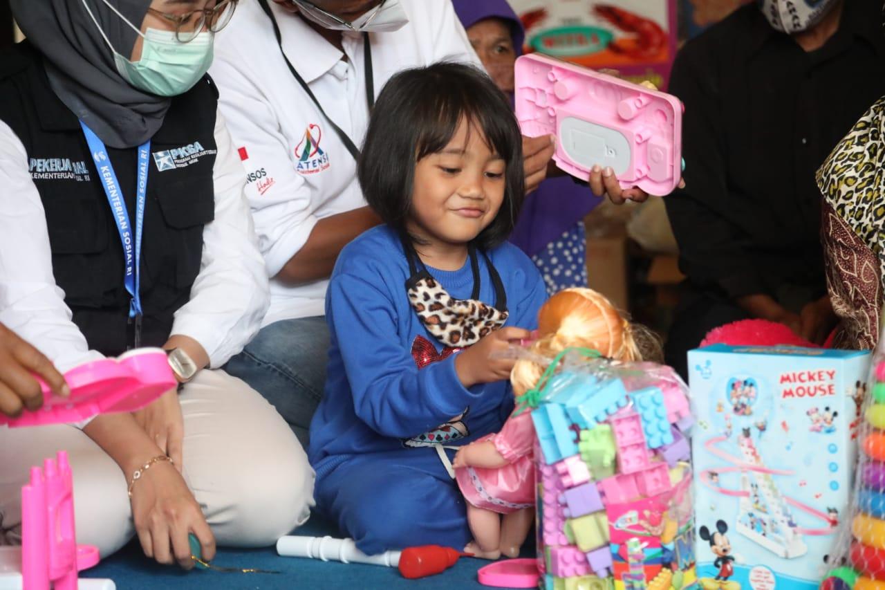 Anak-anak Almarhum Letda Laut (T) Rintoni Terima Tabungan Rp 100 Juta