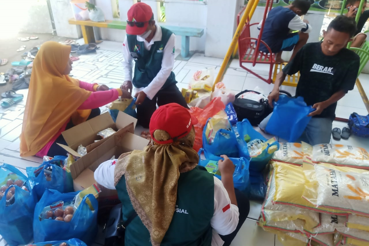 Ministry of Social Affairs Distributes Basic Needs for Child Victims of Bima Flash Flood