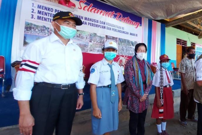 Menko PMK Didampingi Mensos Monitoring dan Serahkan Bantuan Bagi Para Korban Bencana NTT