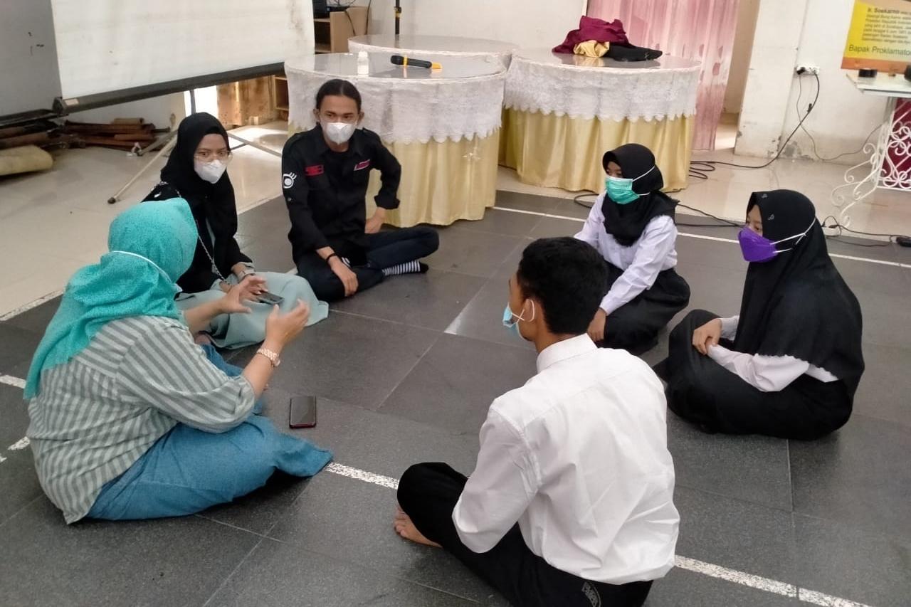 """UHAMKA Students Hold Photography Training at the """"Melati"""" Disability Center, Jakarta"""