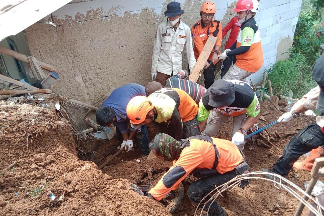 Kemensos Hadir Berikan Bantuan Sosial Bagi Warga Terdampak Bencana Longsor di Ciambar, Sukabumi