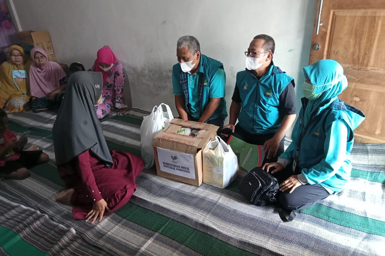 Ministry of Social Affairs Present to Give LDP to the Family of ABK KRI Nanggala 402