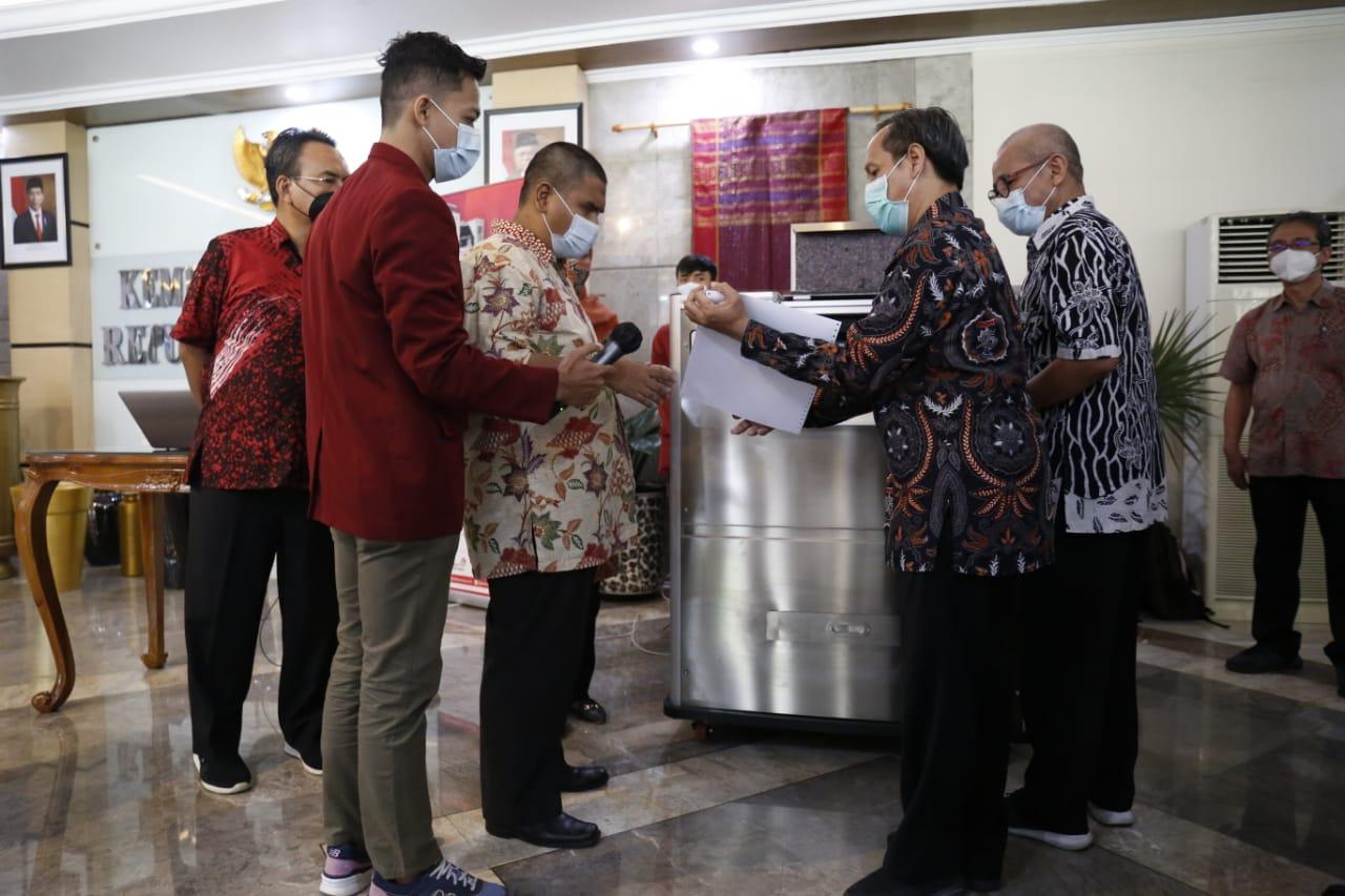 Mensos Terima Mesin Cetak Braille Dari Rektor IT Telkom Surabaya