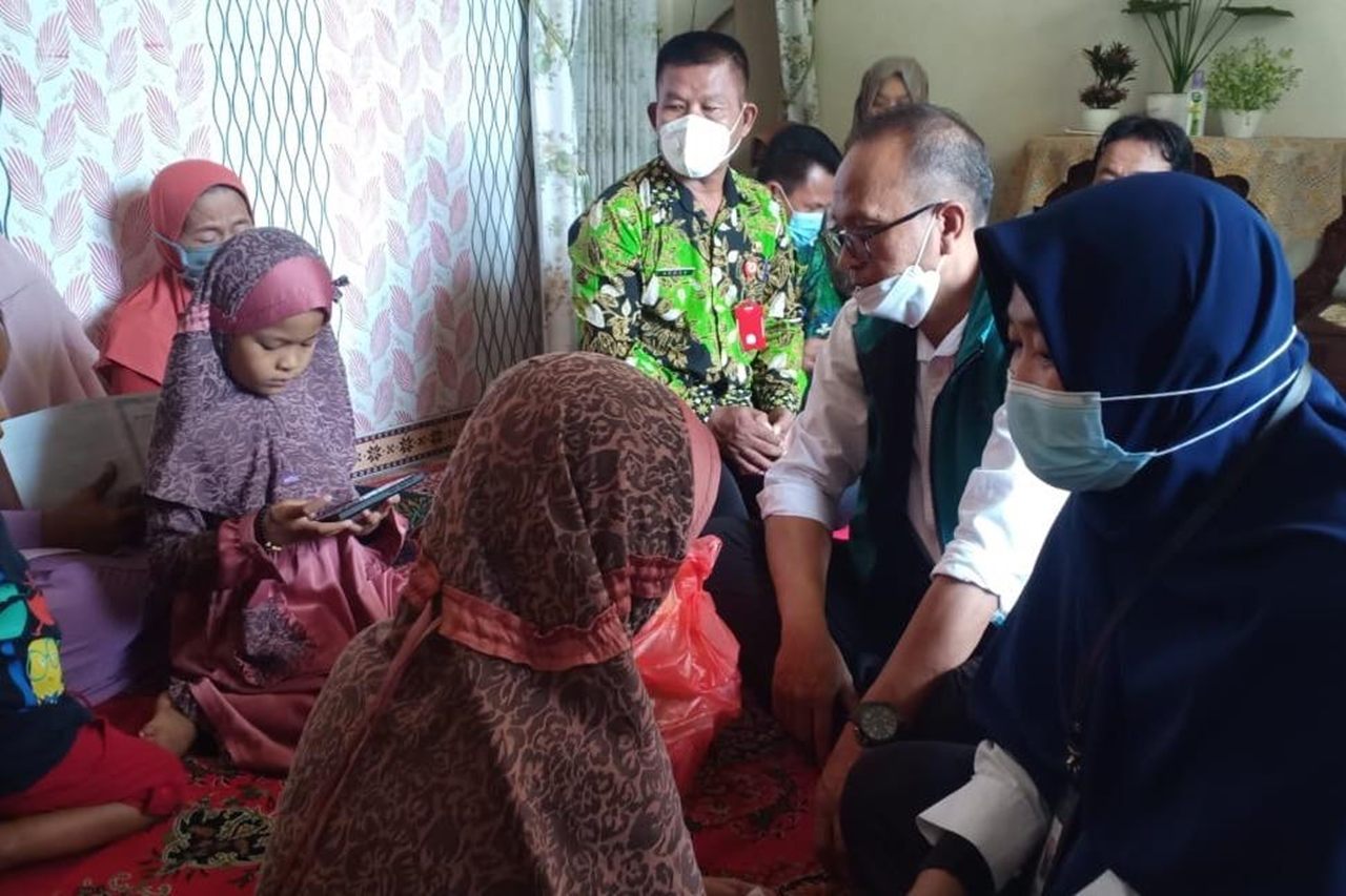 The Ministry of Social Affairs Gives LDP to the Families of the KRI Nanggala 402 Sinking Victims in Bojonegoro
