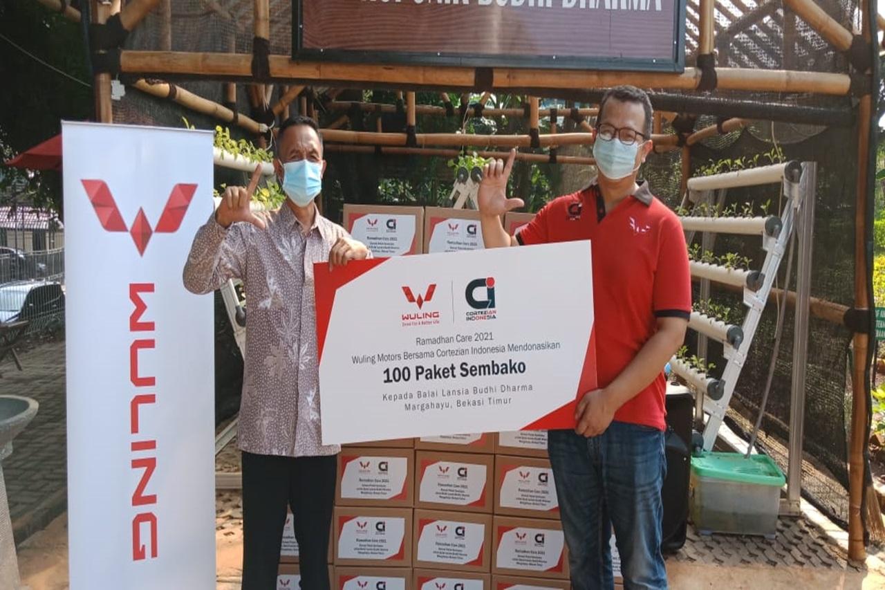Peduli Sosial Wuling Motors Indonesia Berikan Paket Sembako kepada Lansia Balai Budhi Dharma Bekasi