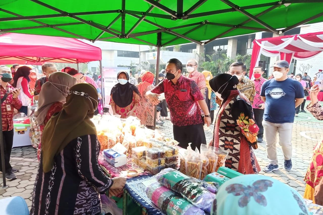 """Phala Martha"" Mental Disability Center Wins Award from Social Minister Risma at Ramadan Bazaar"